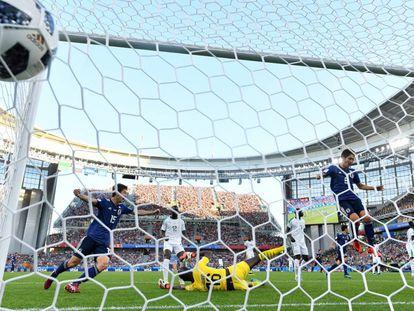 Inui celebra o gol de empate.