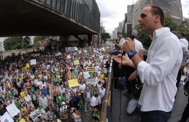O deputado Eduardo Bolsonaro na marcha pelo 'impeachment'de Dilma.