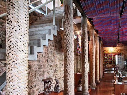 Interior da Casa do Benin, em Salvador, com os pilotis e a escada de concreto projetados por Lina Bo Bardi.