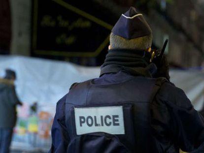 Policial diante da casa de shows Bataclan, em Paris, nesta quarta-feira.