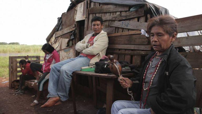 Mulher indígena dá seu depoimento em 'Martírio'.