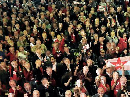 Militantes do PT usam máscara de Lula na Convenção Nacional do partido.