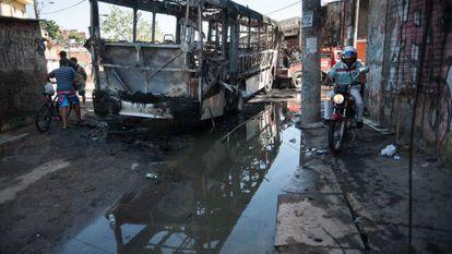 Ônibus incendiado em protesto.