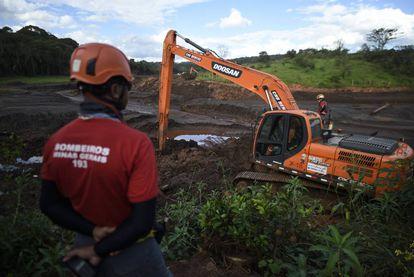 Bombeiros continuam as buscas por desaparecidos em Brumadinho. Ainda há 35 pessoas desaparecidas após o rompimento da barragem de rejeitos da Vale.