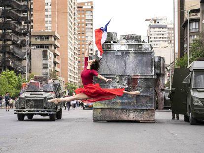 'O despertar', fotografia artística com o salto da bailarina Catalina Duarte diante de blindados da polícia em Santiago em 25 de outubro.