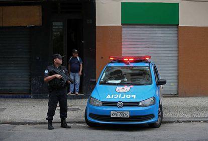 Policial no Catete, centro do Rio de Janeiro: segurança é tema central das campanhas em várias cidades do Brasil.