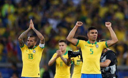 Daniel Alves, Coutinho e Casemiro comemoram a classificação do Brasil.