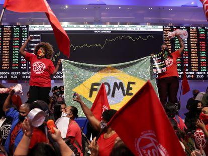 Manifestantes do Movimento dos Trabalhadores Sem Teto (MTST) protestam na Bolsa de Valores, em São Paulo, nesta quinta-feira.