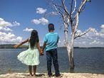 A menina com nome de rua e o menino com nome de jogador de futebol, no reservatório da usina de Belo Monte, em Altamira (PA).