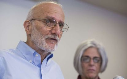 Alan Gross e sua mulher, Judy, no seu regresso a Cuba, em 17 de dezembro.