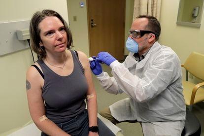 Voluntária recebe vacina ainda no primeiro estágio de um estudo clínico nos Estados Unidos, em 16 de março.
