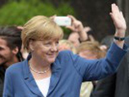 Chanceler da Alemanha visita um centro de refugiados alvo de violentos ataques extremistas no Estado da Saxônia