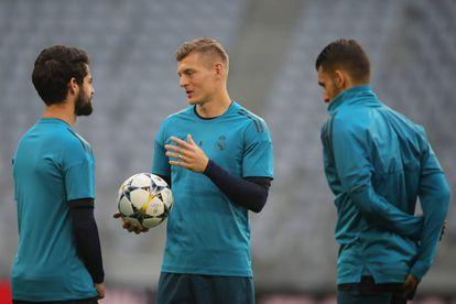 Toni Kroos (ao centro) com os colegas do Real Madrid na véspera do jogo contra o Bayern de Munique.
