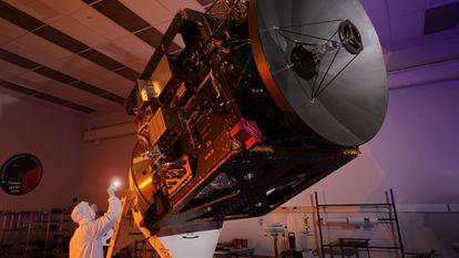 Um engenheiro inspeciona a sonda emiradense 'Hope'.
