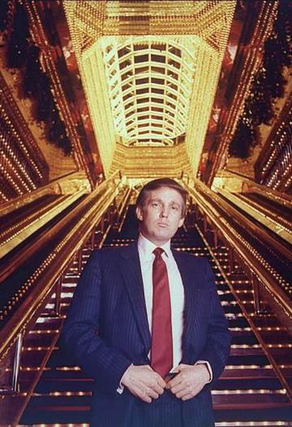Um Donald Trump jovem posa em 1989 em uma torre que decidiu batizar com seu nome.