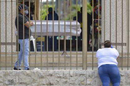 Entrada de cemitério de Guayaquil, cidade do Equador mais afetada pelo surto de coronavírus.