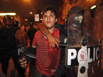 Polícia detém manifestante durante o protesto desta quinta-feira em Lima.