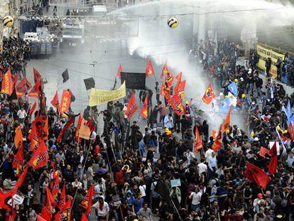 Manifestantes são afastados com água.