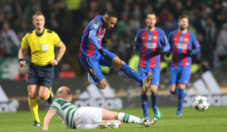 Neymar, diante de Scott Brown, no Celtic Park.