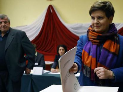 Beata Szydlo, favorita nas eleições, vota com seu marido.