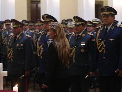 A presidenta interina da Bolívia, Jeanine Áñez, diante da cúpula militar do país, na quarta-feira.