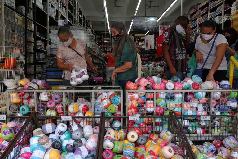 Pessoas fazem compras em São Paulo, após relaxamento da quarentena.