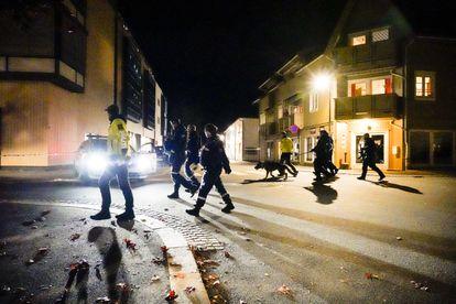 Policiais investigam o centro de Kongsberg, na Noruega, após o atentado, nesta quarta-feira.
