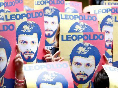 Seguidores de Leopoldo López esperam o líder após sua libertação.