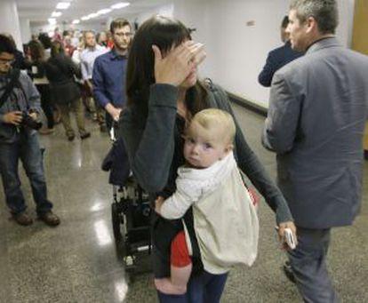 Mãe chora durante a sessão parlamentar.