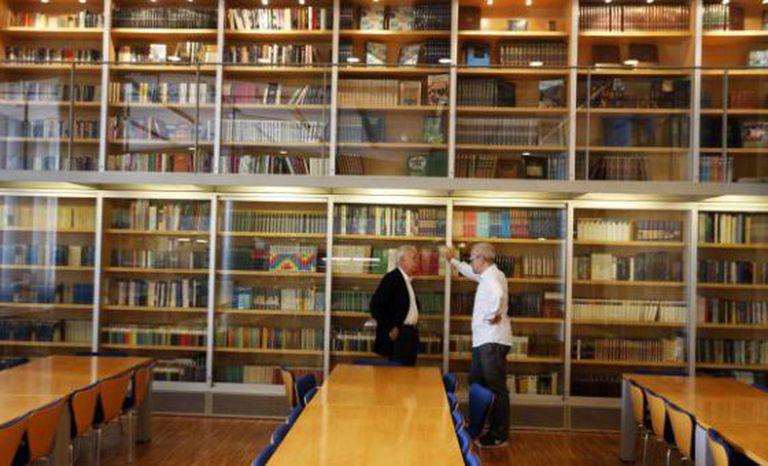Claudio López de Lamadrid (direita), diretor editorial de Literatura Random House, e Eduardo Mendoza, na biblioteca da Penguin Random House, em Barcelona.