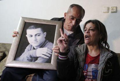Os pais de Mohamed Musalan mostram um retrato de seu filho, assassinado pelo EI.