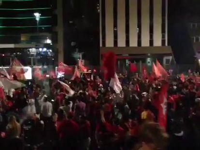 Militantes do PT comemoram vitória de Dilma Rousseff na avenida Paulista