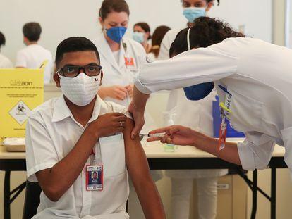 Profissional da saúde é vacinado contra a covid-19 no Hospital das Clínicas de São Paulo no dia 18 de janeiro.