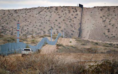 Muro metálico na fronteira