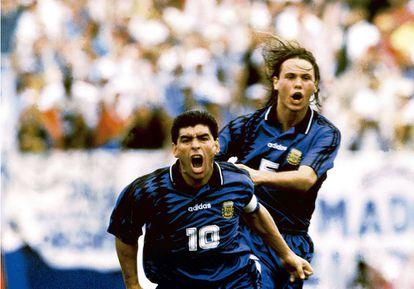 Um Maradona recuperado marca um gol na estreia da Argentina na Copa de Estados Unidos e corre em direção a uma câmera de televisão que está de volta ao topo depois da suspensão, três anos antes, por consumo de cocaína. A alegria durou pouco: no jogo seguinte, ele deu positivo no exame com cinco substâncias no corpo (pelo menos, nenhuma era cocaína) e nunca voltou a jogar uma Copa.