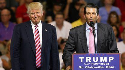 Donald Trump Jr. apresenta seu pai, o presidente dos EUA, em um evento.