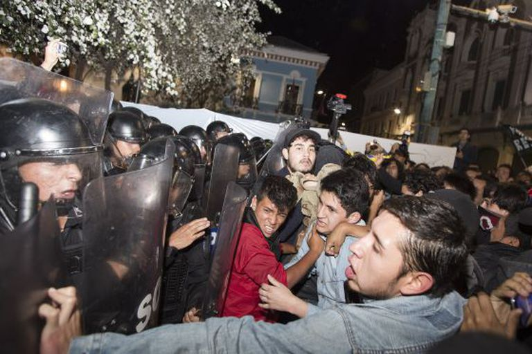 Manifestantes enfrentam a polícia em Quito.