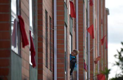 Bandeirolas vermelhas nas janelas de um prédio de Soacha, perto de Bogotá, sinalizando a vulnerabilidade de seus moradores.