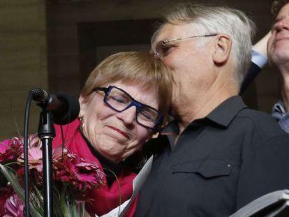 Lee Carter abraça o marido Hollis Johnson depois de conhecer a sentença do Supremo sobre o suicídio assistido. A mãe de Lee, Karen, teve que ir à Suíça para receber assistência em sua morte.