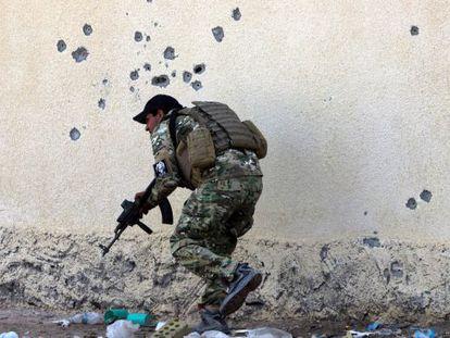 As forças iraquianas combatem o EI perto de Ramadi.