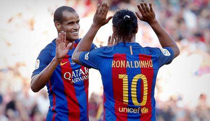Rivaldo e Ronaldinho em ação pelo Barça Legends.