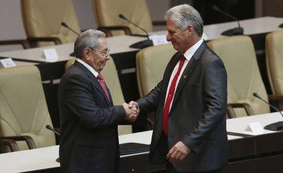 Miguel Diaz-Canel cumprimenta Raúl Castro.