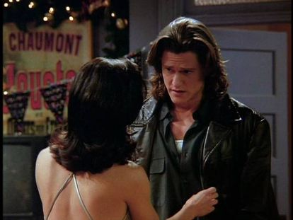 O personagem de Bobby 'o Engraçado', interpretado por Vincent Ventresca, aparece no 10º. capítulo da primeira temporada de 'Friends', quando Monica o convida para sua festa de Réveillon. Mas o momento ao qual nos referimos ocorre na segunda temporada, quando a protagonista volta a sair com ele. Monica descobre que Bobby é alcoólatra e, embora inicialmente o ajude a deixar a bebida, muda de ideia quando percebe que ele não é tão engraçado assim quando está sóbrio. Por isso, se dedica a embebedá-lo quando estão juntos, para suportar aquele a quem seus amigos agora chamam de 'Bobby, o Chato Demais'. Conclusão: Monica faz justamente o contrário do que se deve fazer com um alcoólatra.