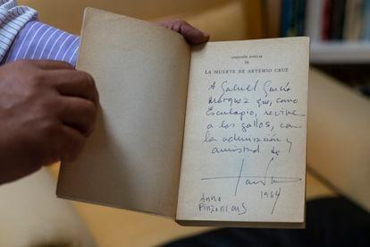 Uma cópia de 'A Morte de Artemio Cruz', de Carlos Fontes, dedicada a Gabriel García Márquez, na biblioteca do escritor colombiano na Cidade do México.