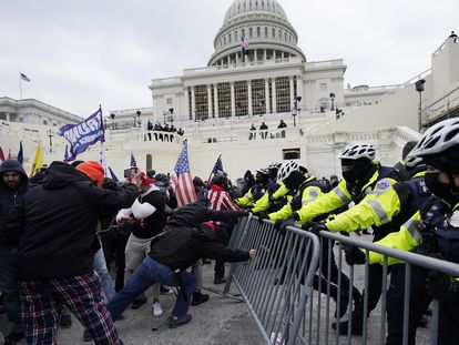 Partidários de Trump tentam romper uma barreira policial na quarta-feira no Capitólio de Washington.