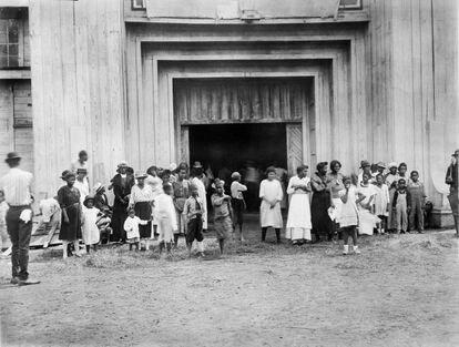 Vítimas da matança em Tulsa se refugiam em um centro para os sobreviventes.