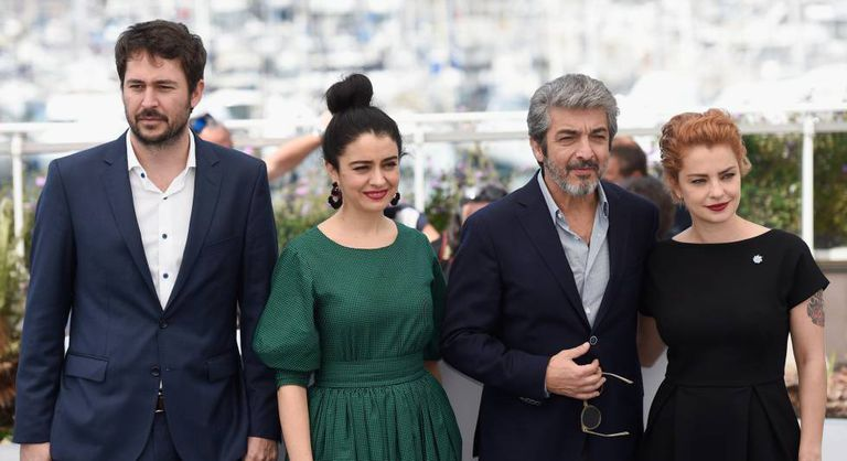 """O diretor Santiago Mitre e os atores argentinos Érica Rivas, Ricardo Darín e Dolores Fonzi, na apresentação de 'La Cordillera"""", na quarta-feira, em Cannes."""