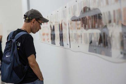 Um jovem observa uma exposição.