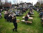 Clientes del pub Fox on The Hill, en el sur de Londres, disfrutan de su terraza el pasado 12 de abril
