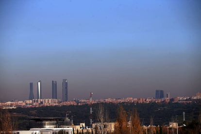 """Linha do horizonte de Madri, com a """"bolha"""" de poluição"""